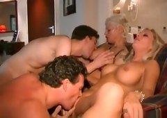 De mannen treffen hun vrouwen vrijend aan