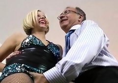 Kinky likes riding an older guy's thick cock