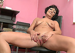 Short haired amateur mature granny Nicola E. fills up her pussy