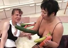 Old brunette matures get off with vegetables