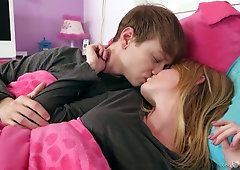 Good girlfriend Nora Ivy gives a good blowjob early in the morning