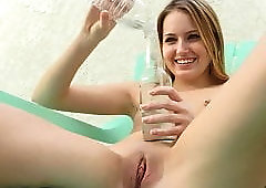Preciosa anglosajona insert bottle and water in shaved pussy