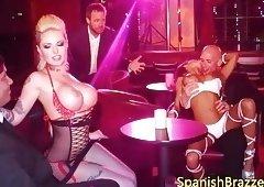 Culonas strippers complaciendo a cliente en trio